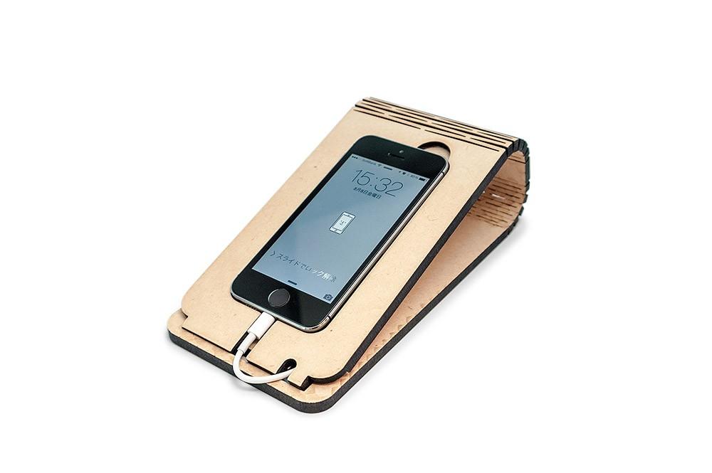 レーザー加工で制作したスマートフォンスタンドにiPhoneを載せた様子