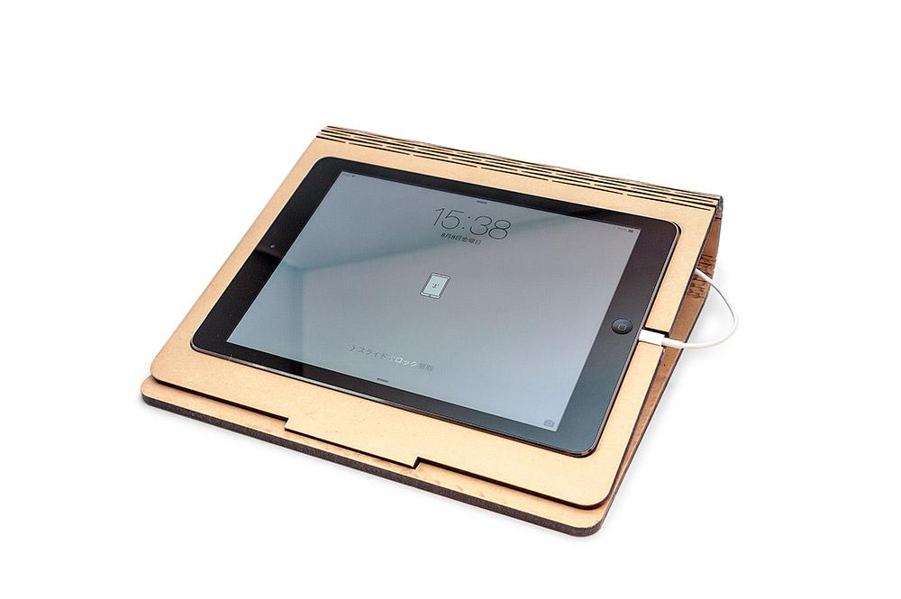レーザー加工で制作したタブレットスタンドにiPadを載せた様子